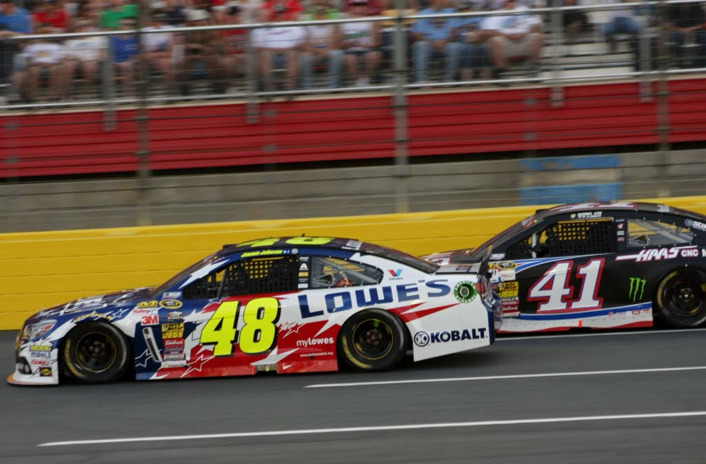Jimmie Johnson (48) races alongside Kurt Busch (41).  [Everet Kamikawa photo]