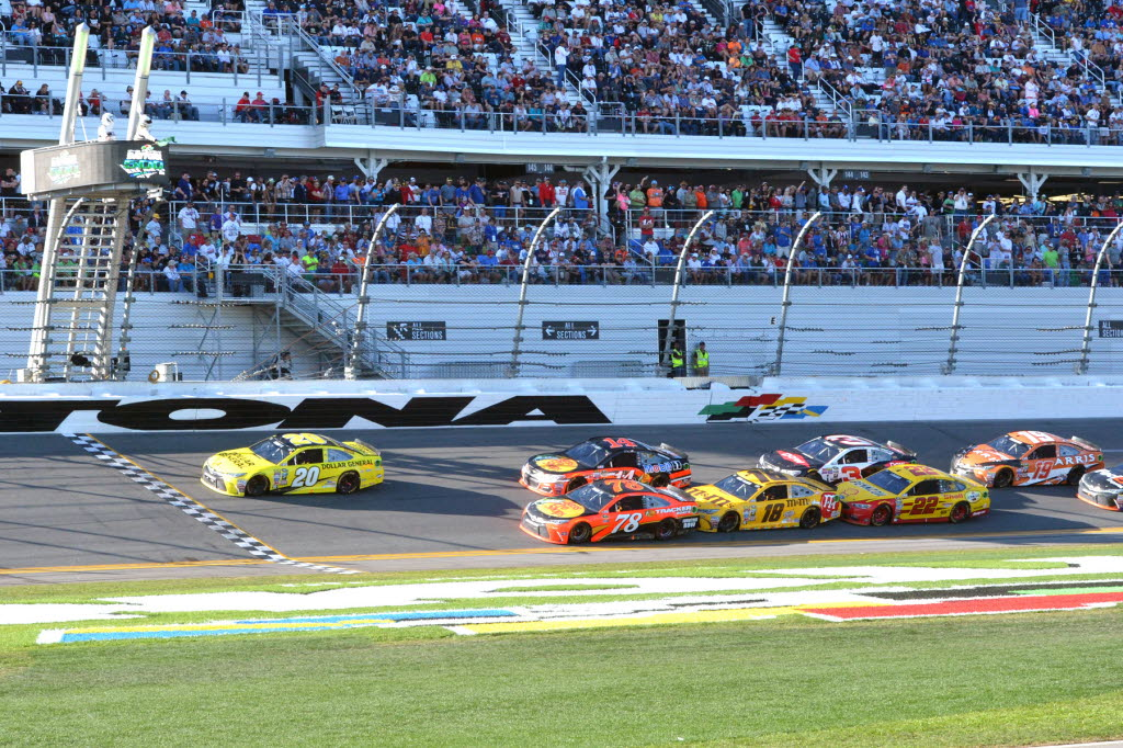 Matt Kenseth leads the pack at Daytona. [Russ Lake Photo]