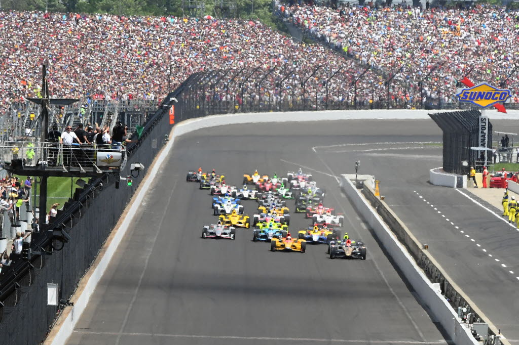 La partenza della 100° edizione nel 2016. Russ Lake, racingnation.com