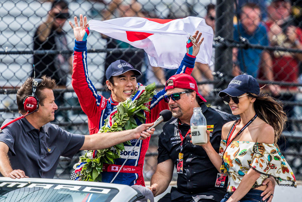 sato nips castroneves for indianapolis 500 victory. Black Bedroom Furniture Sets. Home Design Ideas