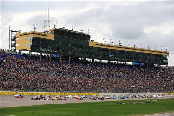Joey Logano leads the field to start the 2015 NASCAR Sprint Cup Series SpongeBob SquarePants 400 at Kansas Speedway. [Credit: Jamie Squire/Getty Images]
