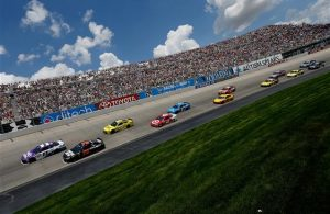 Denny Hamlin and Martin Truex Jr. lead the field at the start of the race at the Dover International Speedway. [Credit: Todd Warshaw/Getty Images]