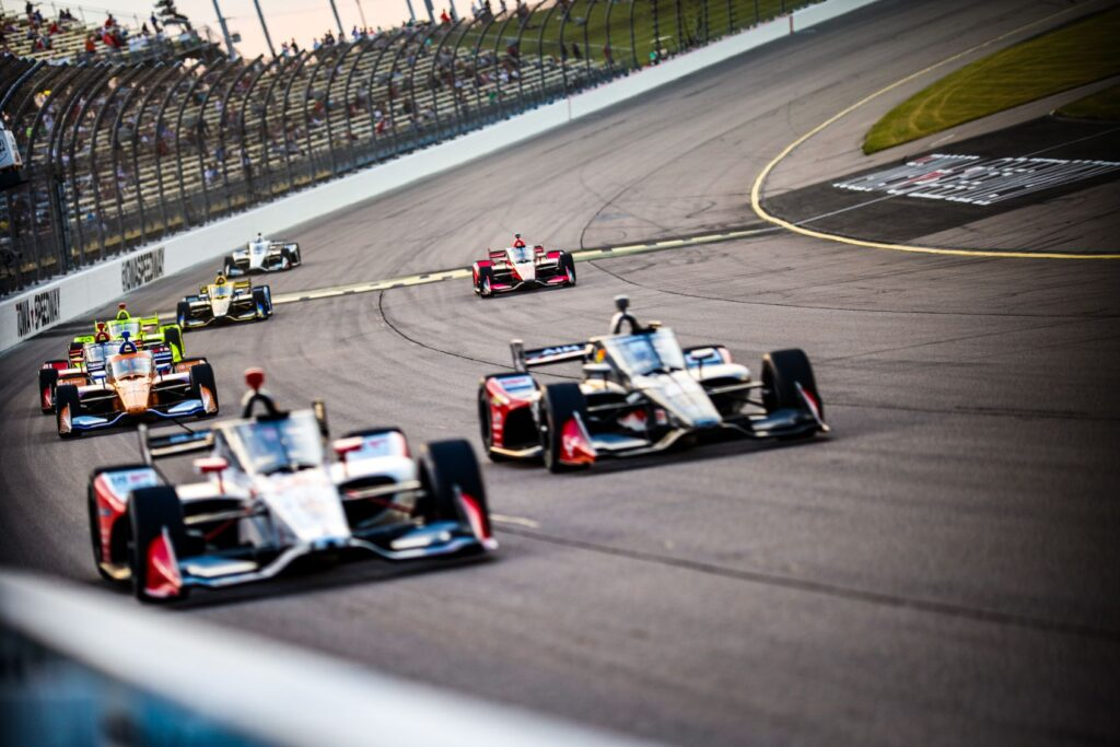 Action in Race 1 of the Iowa INDYCAR 250 at Iowa Speedway. © [Andy Clary/ Spacesuit Media]