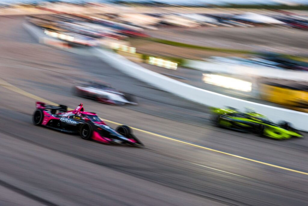 Alexander Rossi races passed pitting competitors in the Iowa INDYCAR 250. © [Andy Clary/ Spacesuit Media]