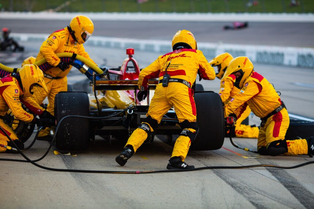 Ryan Hunter-Reay's team changes all four tires and refuels the DHL Honda in the Iowa INDYCAR 250. © [Kenneth Midgett/ Spacesuit Media]